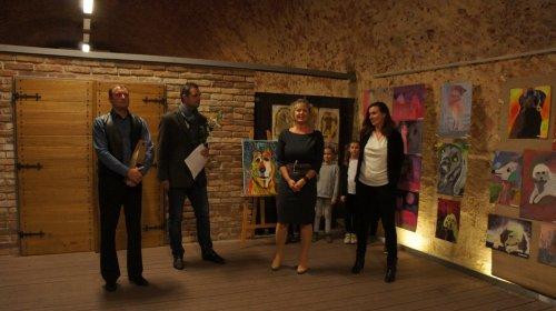 Výstava Psi ozvláštnila prostory Jezuitského sklepa